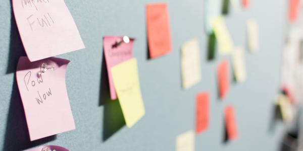bacheca con post-it
