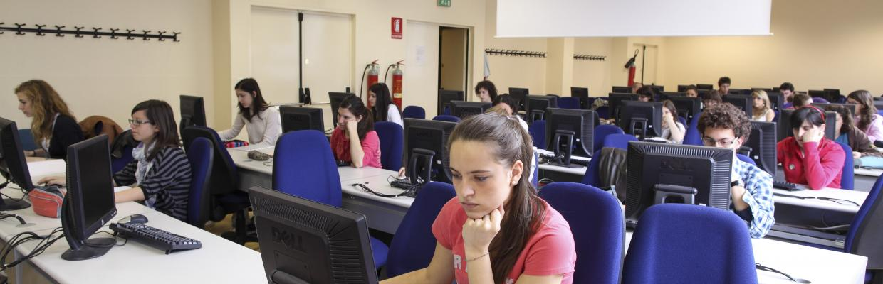 Studentessa al pc in biblioteca di Agraria